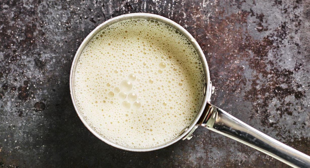 En av de viktigaste grundsåserna. Vispa i lite crème fraiche för att få en annan smakprofil på vitvinssåsen.