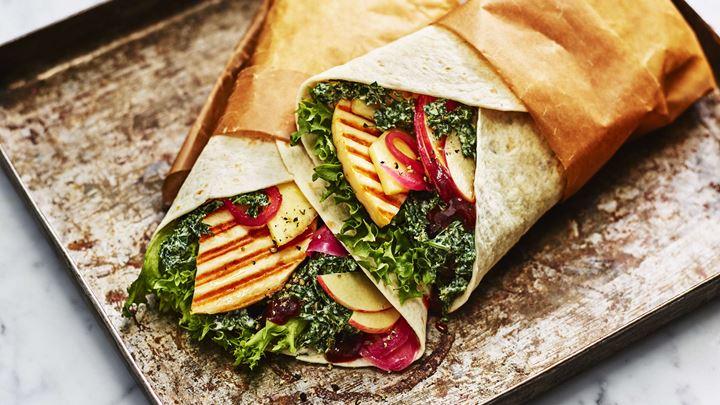 Wraps med Grilling cheese, ananas och grönkålsslaw