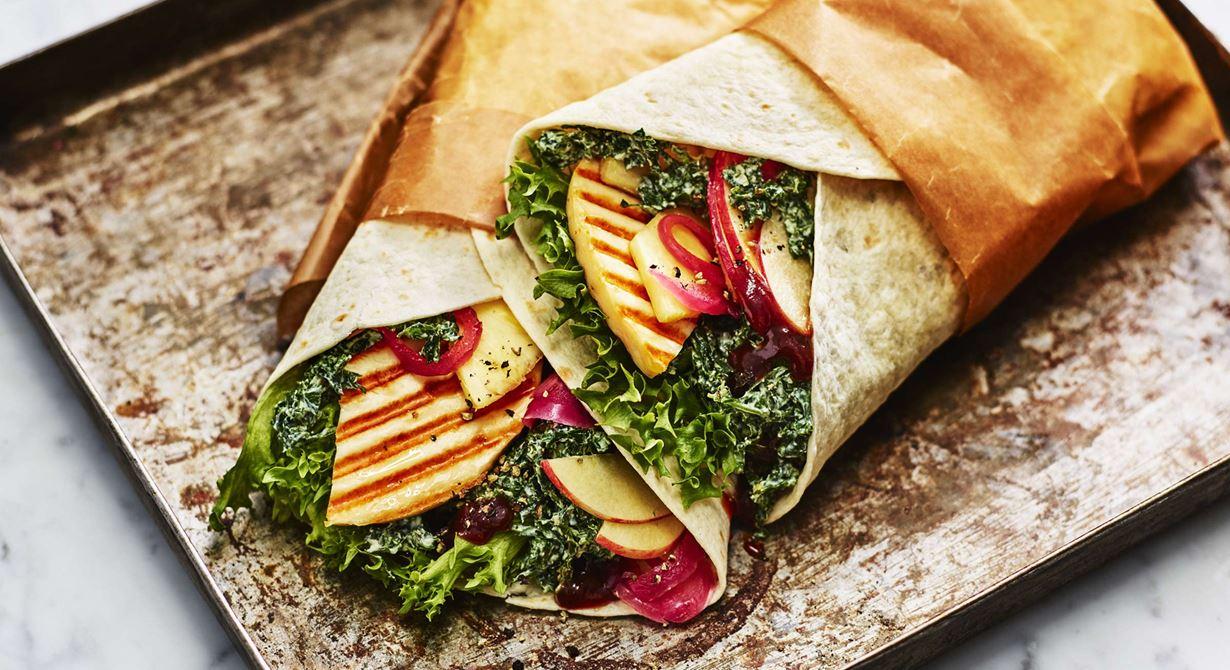 Sältan i Grilling cheese ger fin kontrast till sötman i grönkålsslaw. Wrap är en smidig lunchrätt för gästerna att plocka med sig och som uppskattas av många.