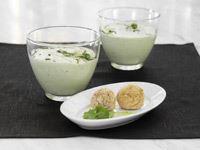 En doft av gurka och mynta kittlar näsan. Och efter första skeden befinner sig dina gäster smakmässigt på en lunchservering vid Medelhavet. Bara att mixa gurkan med yoghurt och du har sommarens coolaste hit på menyn.
