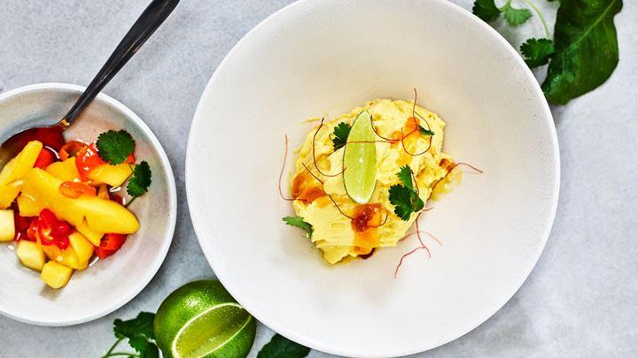 Yoghurtgelato med syltad mango, chili och lime