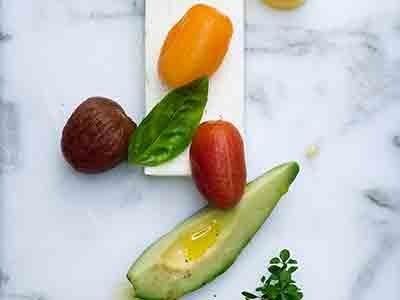 Den krämiga terrinen har en naturell, lite syrlig smak som passar de picklade tomaterna perfekt. Terrinen kan förberedas och är utmärkt på en buffé eller som förrätt.