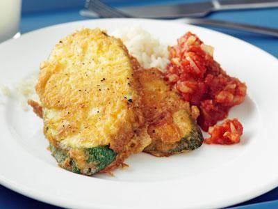 Våra ägg- och ostpanerade zucchiniskivor, frasigt steka i smör, känns alltid lite festliga och faller de flesta i smaken.